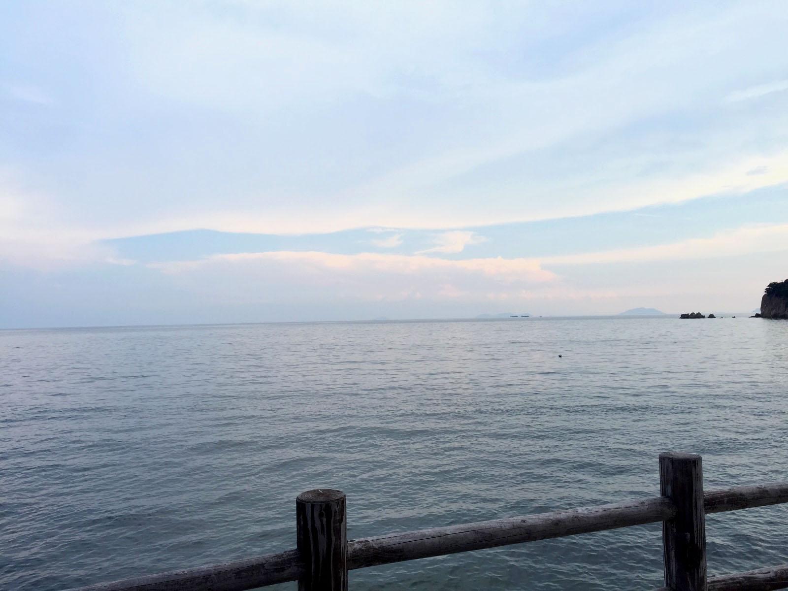 夕暮れの空と穏やかな海面